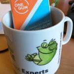Une tablette de OneGum dans un mug