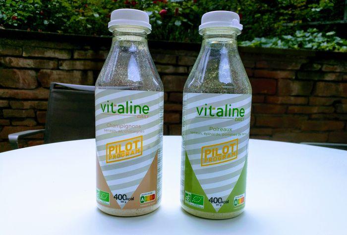 Deux bouteilles de Vitaline, sur une table, Champignons et Poireaux